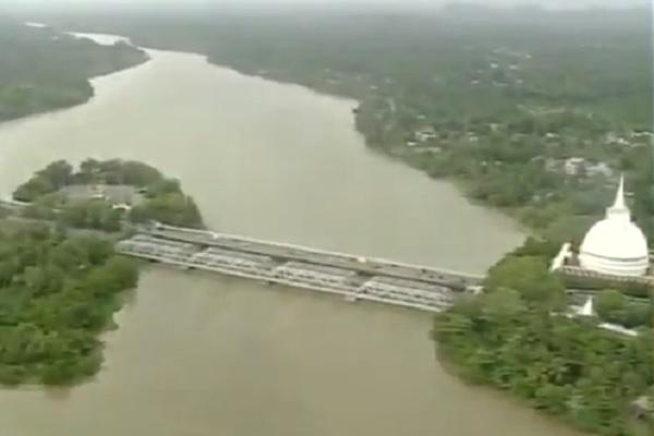 बाढ़ से बड़ी मुसीबत में है पड़ोसी श्रीलंका, मोदी ने मदद के लिए भेजा जहाज और जरूरत के सामान