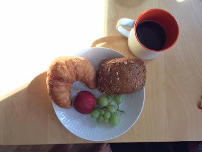 Frühstücksteller mit Croissant und Obst