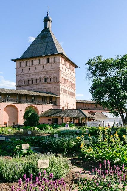 Lavendel og krydderurter - vinn bøker! Klosteret St. Euthymius i Rusland med fin urtehave