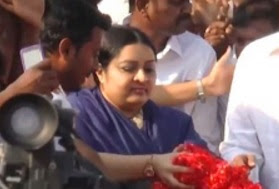Deepa Pays Respect To Aringar Anna on his 48th Death Anniversary