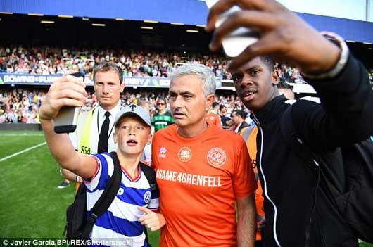 Chết cười xem Mourinho xỏ găng bắt gôn 8