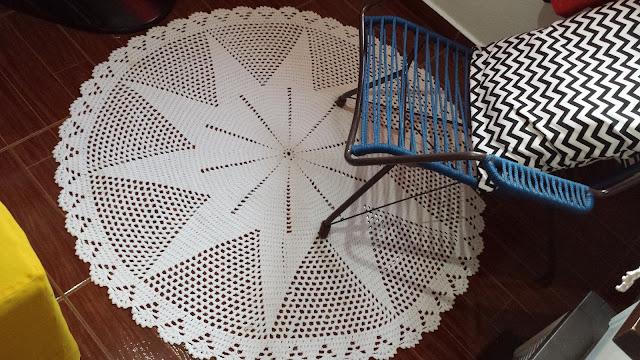 Tapete de crochê, cadeira antiga e almofada moderna