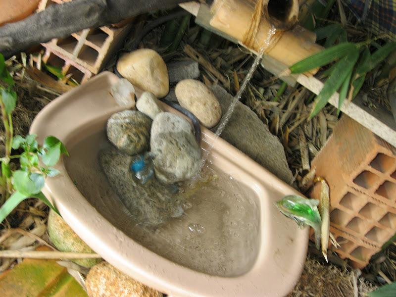 Verde e o Verbo Fonte de jardim em bambu e material reciclado