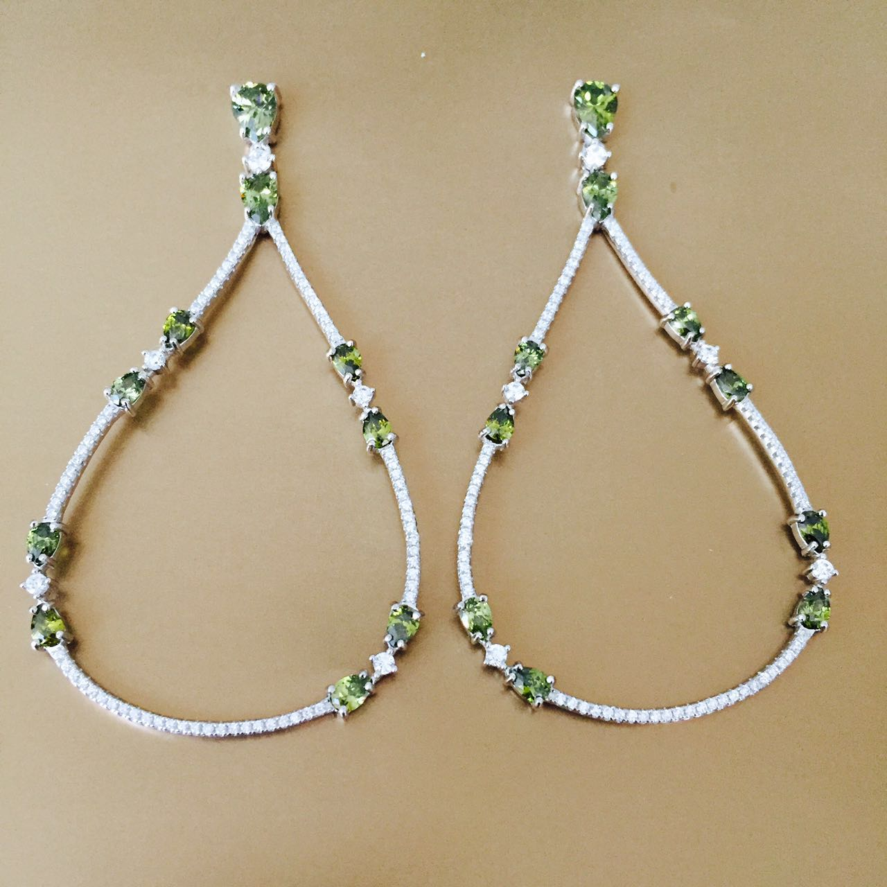 ... joias de prata 925 traz anéis com pedras coloridas, brincos em tamanho  grande com muito brilho, pulseiras fininhas com microcristais e pingente de  bola ... 153f9fc5df