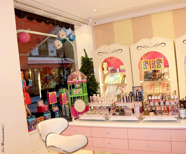 Présentoirs cosmétiques Boutique Benefit - Paris - Blog beauté Les Mousquetettes
