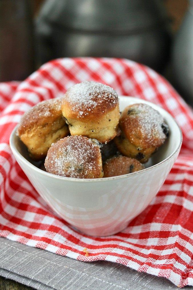 Baked currant doughnut holes
