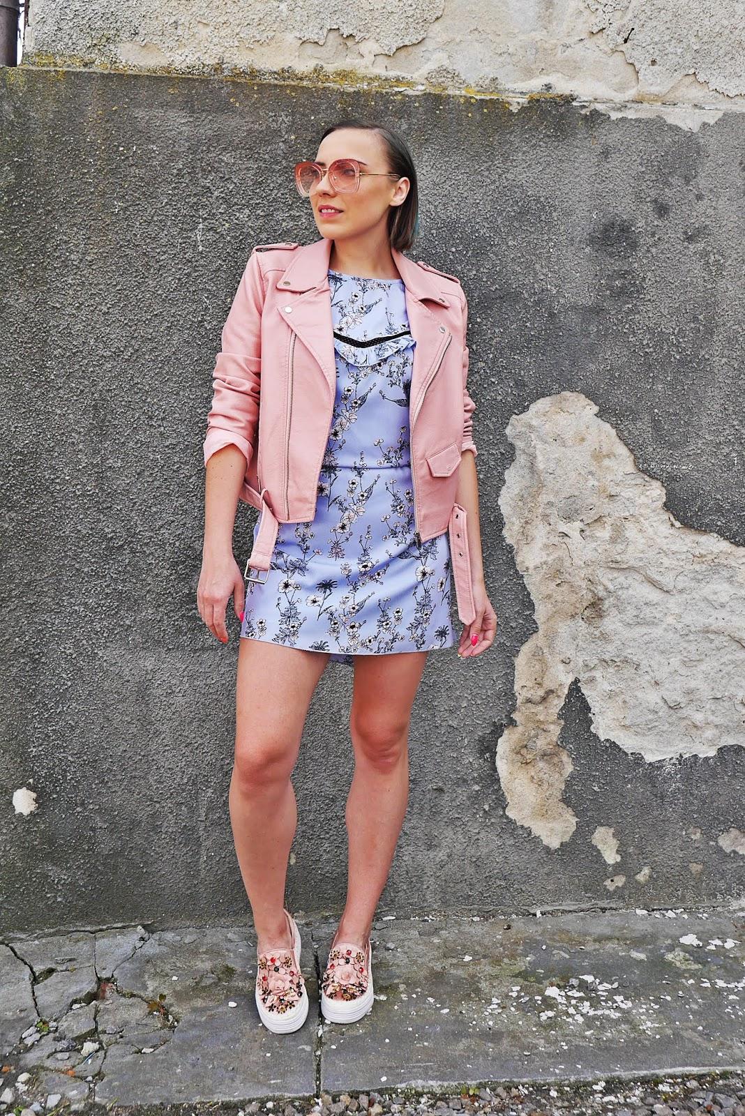 4_sukienka_w_kwaity_bonprix_rozowa_ramoneska_buty_renee_karyn_blog_modowy_200518
