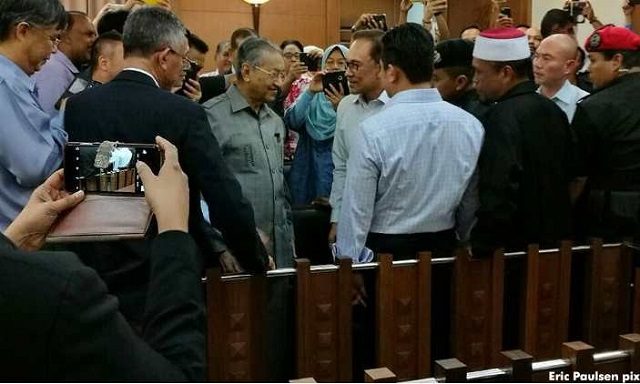 Peguam Mahathir, Anwar Bergandingan Cabar Akta MKN