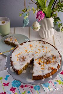 Karottenkuchen schmeckt lecker und passt nicht nur zu Ostern. Dieses Rezept ist für einen veganen Karotten-Apfel-Kuchen mit einer Glasur aus Kokosmilch