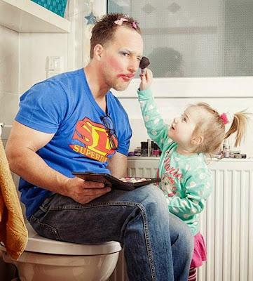 Papá en el salón de belleza de la futura estilista.