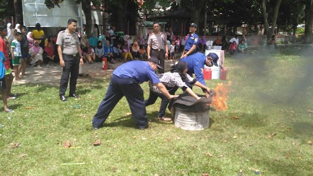 Image result for Bhabinkamtibmas latihan penanggulangan kebakaran pulau seribu