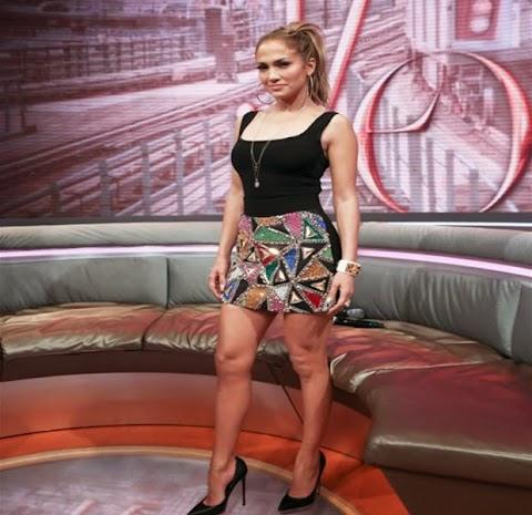 Jennifer López Luce Colorida Falda Corta