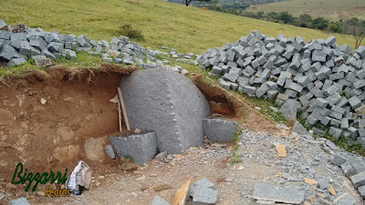 Pedras de granito sendo cortada para execução de pedra folheta.