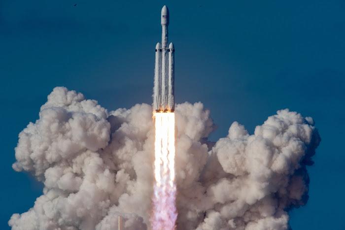 Falcon Heavy gồm ba tên lửa đẩy, mỗi tên lửa đẩy có 9 động cơ đẩy, tạo ra tổng cộng một lực 22.819 kilonewton để đưa khối lượng 64.000 kg lên quỹ đạo. Hình ảnh: SpaceX.