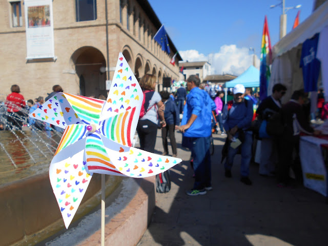 girandola per la pace: colori e cuoricini