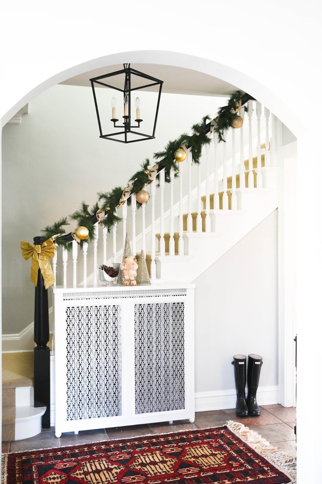 Christmas Holiday Banister Decorations www.homewithkeki.com #interiors #christmasdecorations