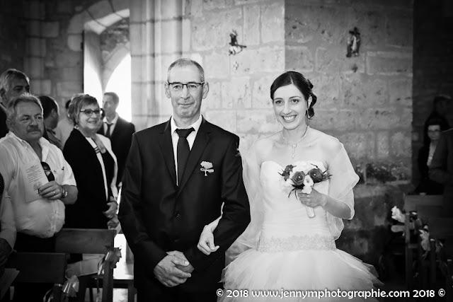 entrée de la mariée dans l'église au bras de son papa, reportage photo mariage