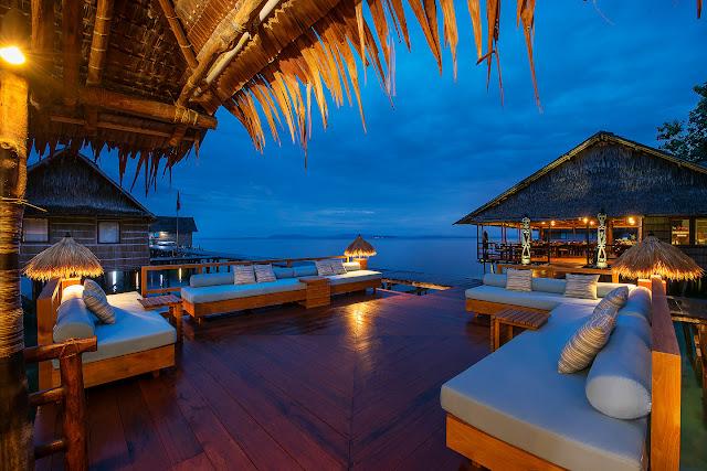 Teras penginapan terapung Papua paradise eco resorts