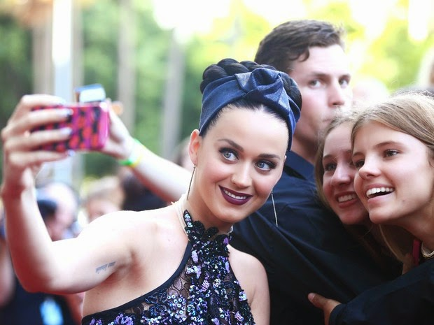 Katy Perry draws attention by accessory tooth in award