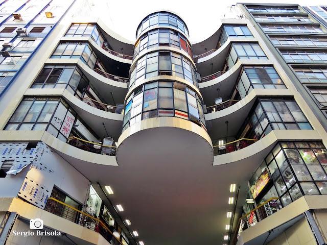 Perspectiva inferior da fachada do Centro Comercial Presidente - Galeria do Reggae - Centro - São Paulo