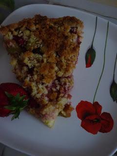 Ein Stück Rhabarber-Erdbeer-Streuselkuchen