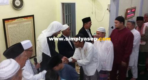 SALAMAN : Sesuai tradisi setelah selesai mendirikan Sholat Jamaah dilanjutkan dengan salaman dan silaturahmil   Foto se Aseo Haryono)