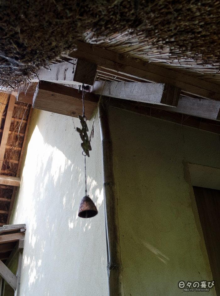 jardin japonais musica nigella, furin en metal pavillon de thé