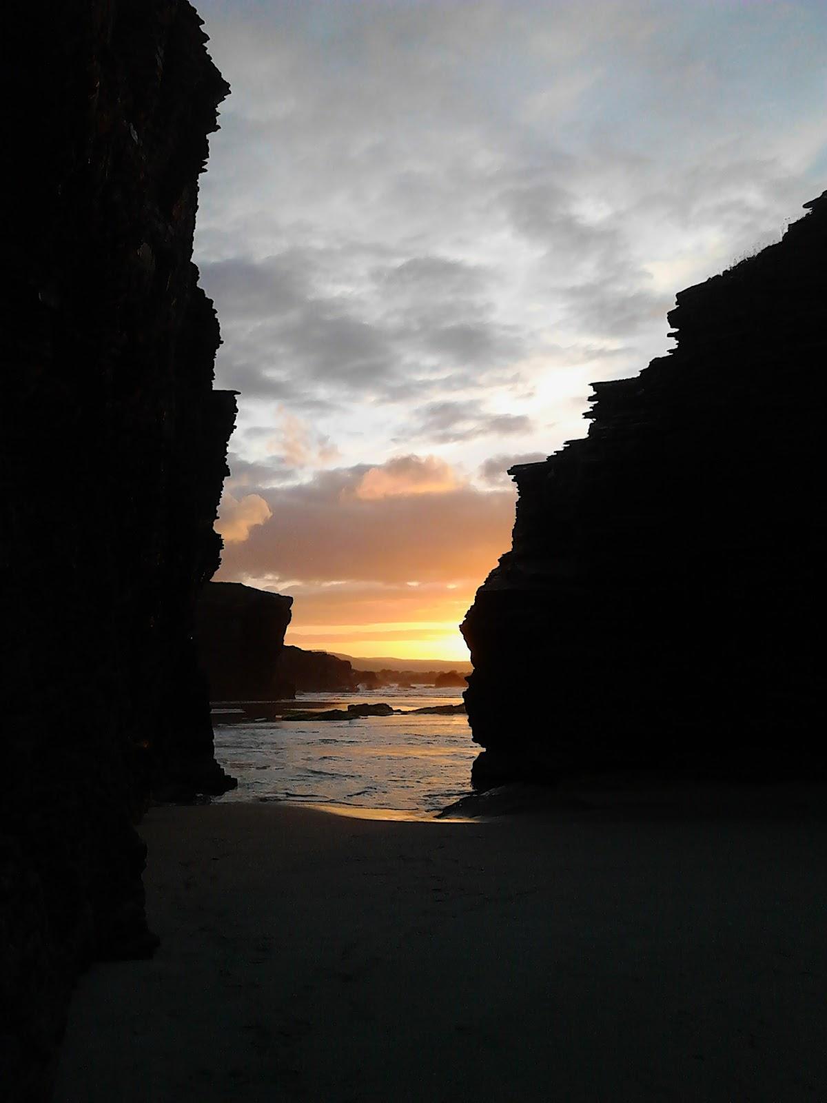 puesta de sol en la playa de las catedrales