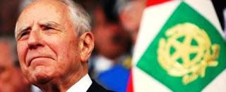 La noticia fue confirmada por diferentes autoridades como el presidente del Gobierno, Matteo Renzi, que en un mensaje en Twitter envió un abrazo a la viuda, y calificó a Ciampi 'como un hombre de las instituciones que sirvió con pasión a Italia'