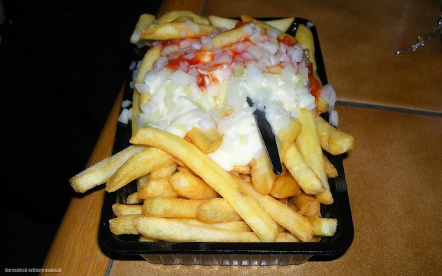 Foto patat speciaal met uien, mayo en tomatenketsjup