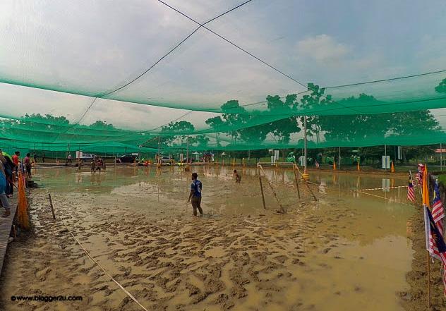Aktiviti bermain bola di Laman Padi - MAHA 2016