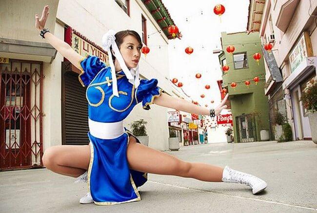 Belas modelos cosplayers caracterizadas de personagens do game Street Fighter