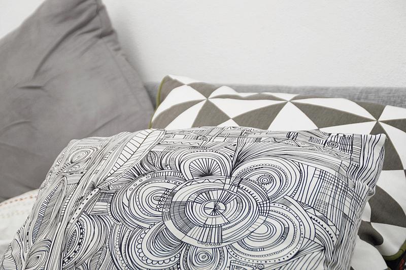 Kissen grau-weiß Herbstdeko Bett Ikea und Ferm Living
