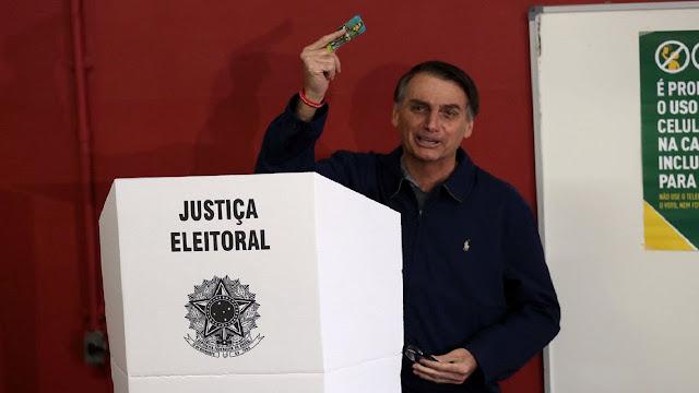 Bolsonaro posa para fotos após votação na Escola Municipal Rosa da Fonseca, Vila Militar, RJ. (Foto: Reprodução/Reuters)