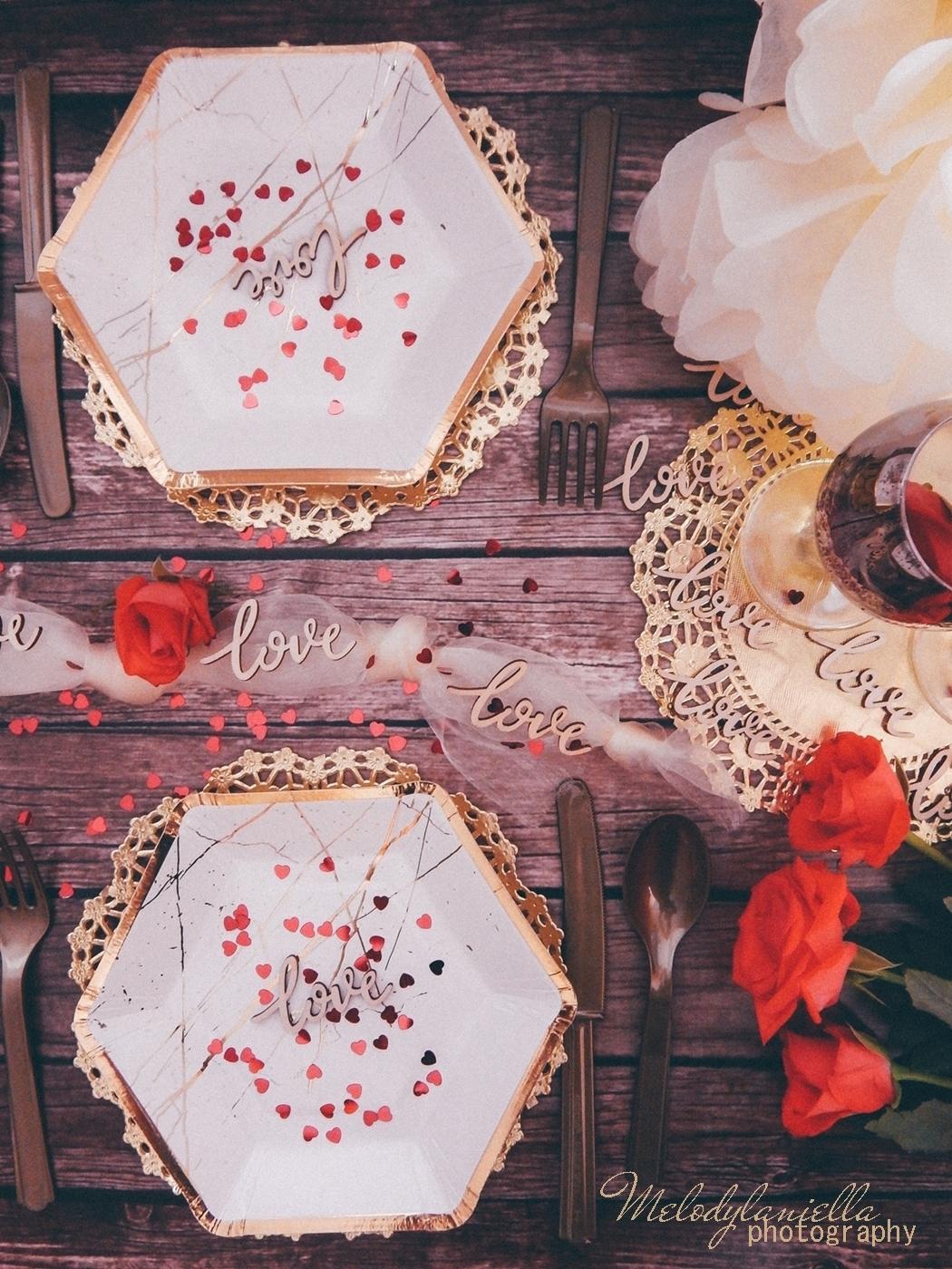 2 partybox ozdobne talerze z efektem marmuru złote sztućce róże drewniane dodatki drewniane konfetti love napisy na ślub wesele rocznice zaręczyny tiul organza
