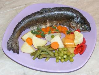 pastrav cu legume la aburi, preparate din peste, retete cu pastrav, retete culinare, retete de peste, preparate din pastrav,