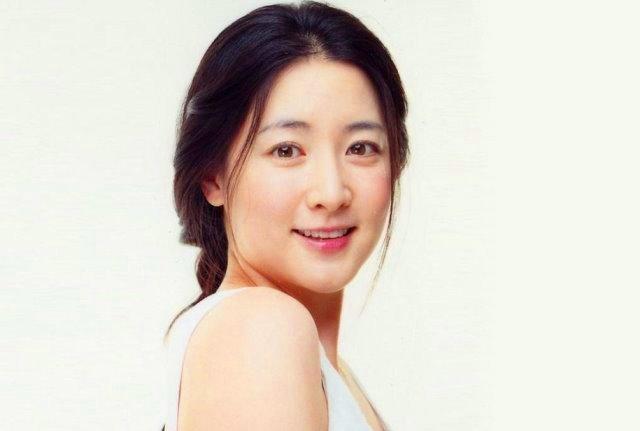 Model Rambut Updo Ala  Lee Young Ae