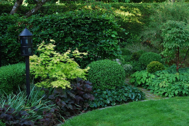 Blomsterbed og grønnsvær i Marias hage