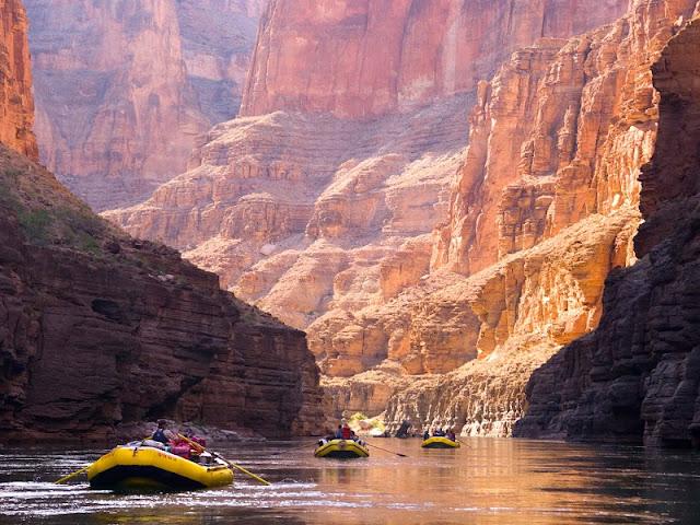 Praticar rafting pelo rio Colorado no Grand Canyon