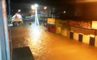 Forte chuva causa alagamentos em ruas e casas