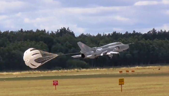 Su-22 Polandia buka drag chute sebelum waktunya