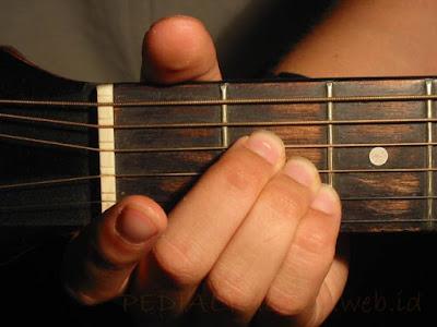 Cara Menekan Senar Chord A Major untuk Gitaris Kidal