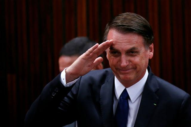 """Bolsonaro assina decreto que exclui incentivo ao """"turismo gay"""" no país até 2022"""