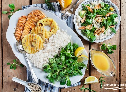 Sałatka z grillowanym kurczakiem, ananasem i ryżem