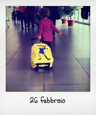 Bambina che viaggia gratis in aereo