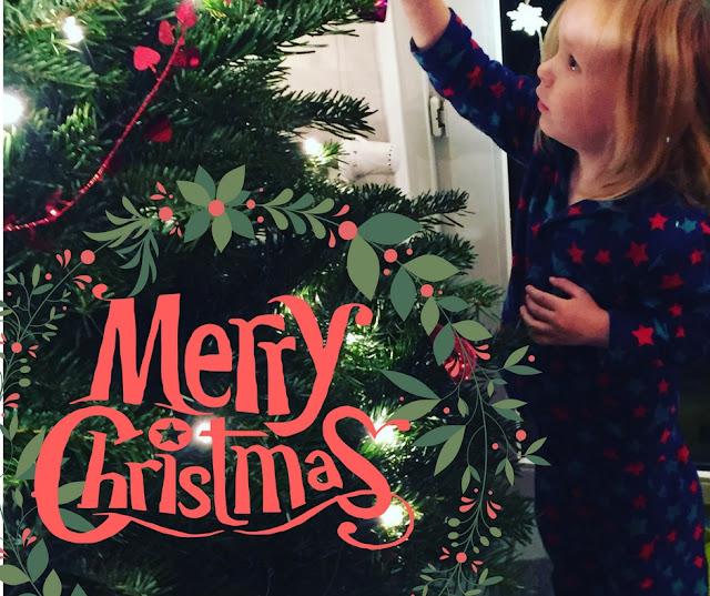 Frohe Weihnachten - Jannes schmückt den Weihnachtsbaum