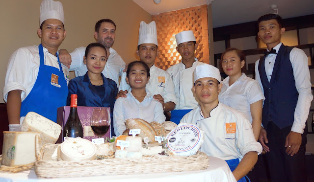 Richard Gillet (deuxième à gauche), et l'équipe cuisine et service de Khéma à Phnom Penh. Aujourd'hui, les  fromages de la gamme Mons y sont disponibles