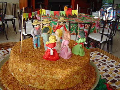 bolo festa junina diferente estiloso divertido bonito elegante junino quermese aniversario casamento quadrilha simples rustico coco queimado bandeirinhas