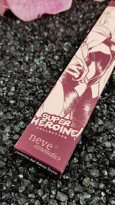 Neve Cosmetics – SuperHeroine Collection - particolare dell'illustrazione