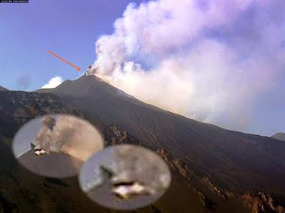 UFO triangolare sopra l'Etna fotografato il 13 agosto 2014